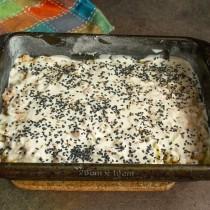 Посыпаем тесто кумином и кунжутом, ставим на среднюю полку нагретой духовки