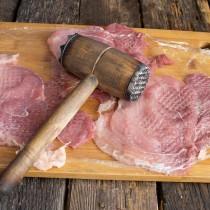 Отбиваем куски свинины