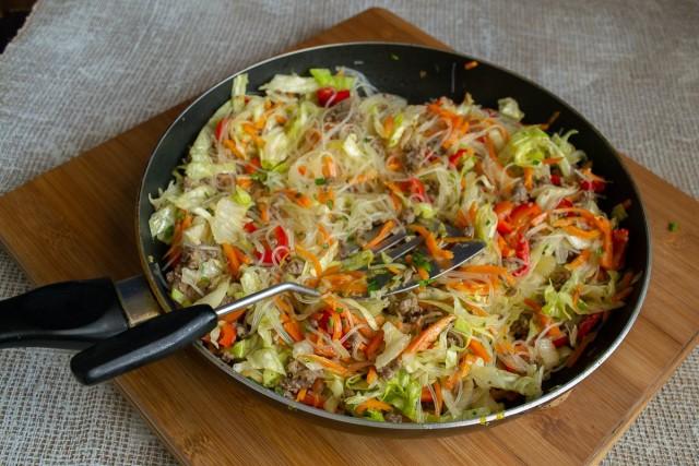 Поливаем стир-фрай соевым соусом и капелькой бальзамического уксуса, перемешиваем