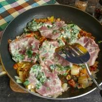 Обжариваем маринованное мясо на сильном огне с одной стороны, добавляем йогуртовый маринад