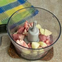 Мясо и лук кладём в блендер, добавляем пару столовых ложек ледяной воды