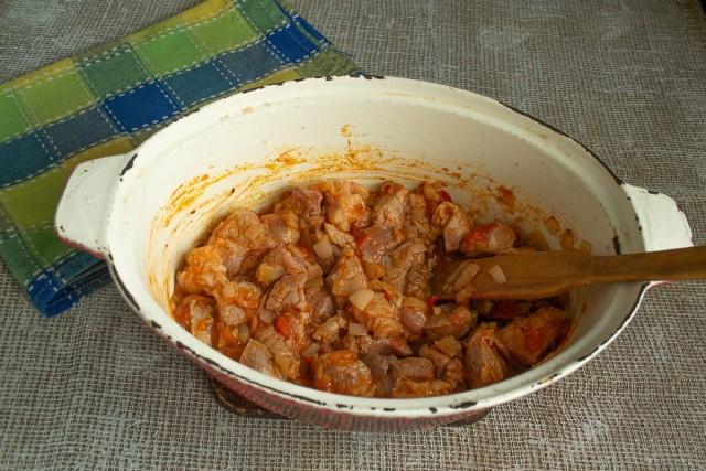 Обжаренное мясо посыпаем молотой куркумой и перчим. Разогреваем духовой шкаф