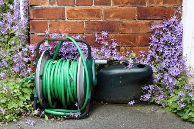 Специальные катушки для шланга помогают решить проблему поломки растений во время полива