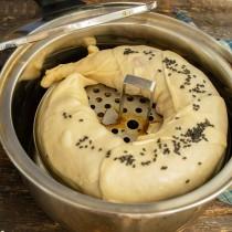 Посыпаем ленивый пельмень черным кунжутом или перцем