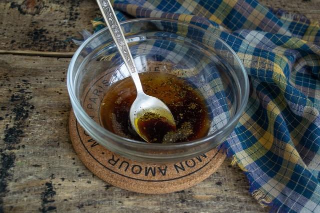 Смешиваем в миске мёд, соевый соус, бальзамический уксус, оливковое масло, солим и перчим