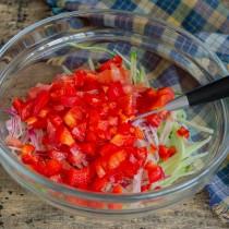 Половину стручка болгарского перца режем маленькими кубиками