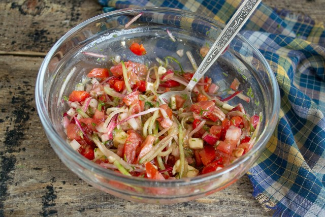 Добавляем в салат заправку и перемешиваем
