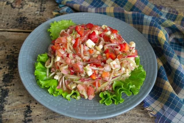 Кладём несколько свежих салатных листьев, на листья выкладываем салат