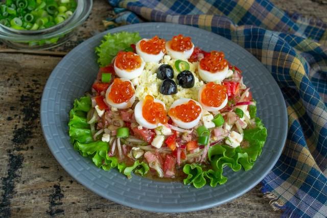 Украшаем летнюю закуску белками яиц с икрой и маслинами