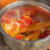 Добавляем помидоры, готовим на небольшом огне 5 минут