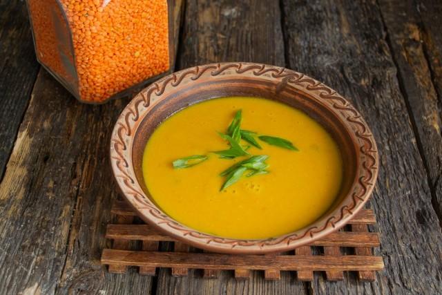 Крем-суп из красной чечевицы с куркумой готов. Подаём на стол со свежим хлебом или пресной лепешкой
