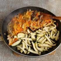 Пассеруем лук и морковь, добавляем мясо. Обжариваем баклажан, перемешиваем