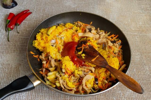 Добавляем томатную пасту, солим и перемешиваем