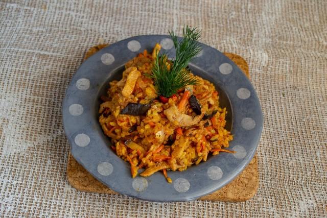 Украшаем пикантное рагу с овощами и рисом свежей зеленью, посыпаем кунжутом или черным перцем
