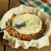Смешиваем сырный соус со столовой ложкой муки, выкладываем на начинку