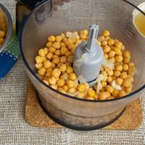 Примерно половину бобов, варёную луковицу и варёный чеснок кладём в чашу блендера