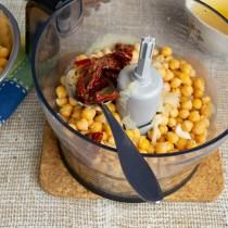 Добавляем вяленые томаты и пару столовых ложек масла, в котором они хранятся
