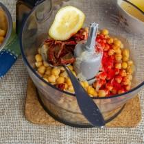 Добавляем лимонный сок и молотую сладкую копченую паприку