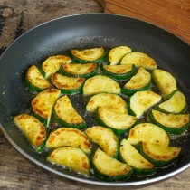 Когда овощи зарумянятся, переворачиваем и жарим ещё 5 минут с другой стороны