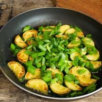 Высыпаем на овощи зелёный лук