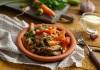 Ароматный нут с мясом под сырным соусом