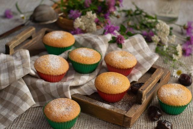 Бисквитные кексы с финиками — простой десерт к чаю за 30 минут