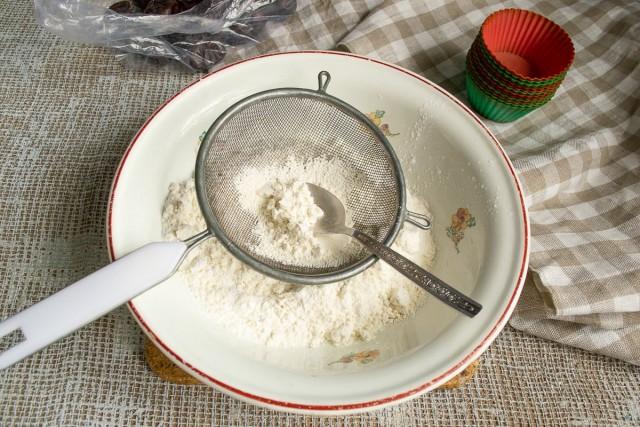Муку, пекарский порошок и щепотку соли смешиваем, просеиваем