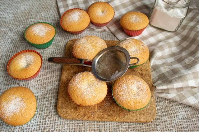 Готовые бисквитные кексы с финиками посыпаем сахарной пудрой