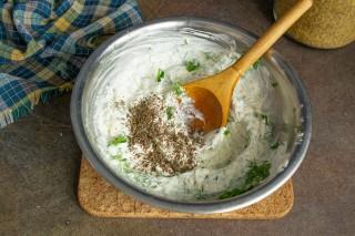 Добавляем воду, соль, свежесмолотый черный перец, перемешиваем соус