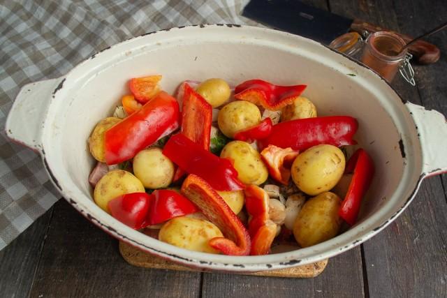 Кладём поверх картофеля сладкий красный перец