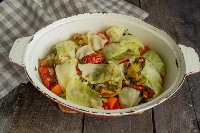 Тушим говяжьи рёбрышки с овощами и лисичками под крышкой