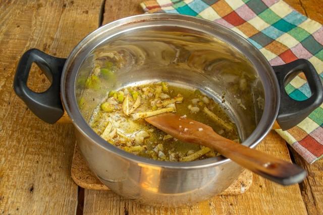 Добавляем растёртые семена в кастрюлю, обжариваем с овощами несколько минут