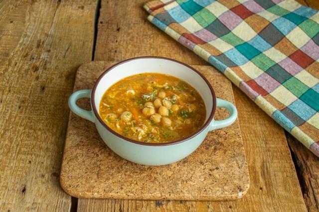 Подаём суп из нута с овощами и яйцом на стол с питой или лавашем