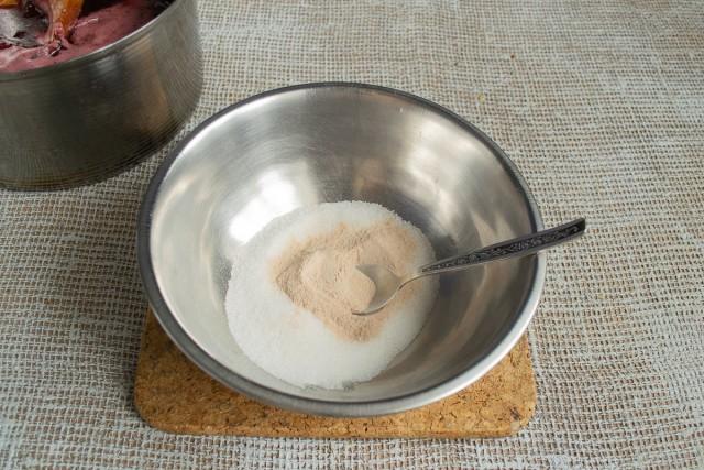 В оставшийся сахарный песок насыпаем пектиновый порошок
