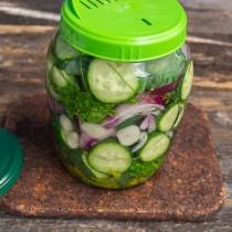 Заливаем салат кипящей водой, сливаем её в кастрюлю, а в банку снова вливаем воду, закрываем крышкой с отверстиями