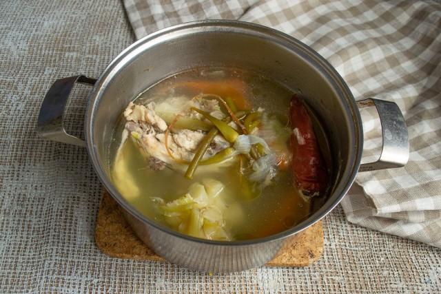 Кладём курицу в кастрюлю, добавляем специи, наливаем воду, солим, готовим 1 час. Процеживаем бульон