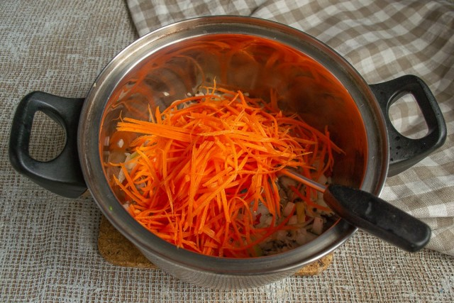 Добавляем морковку в кастрюлю, обжариваем, насыпаем куркуму