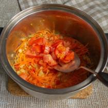 Добавляем нарезанный помидор к обжаренным овощам