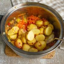 Разрезаем картофель пополам, кладём в кастрюлю