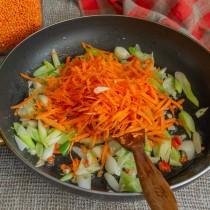 Добавляем морковь, обжариваем всё вместе 5 минут