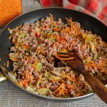 Обжариваем фарш с овощами 5-6 минут, добавляем остальные ингредиенты