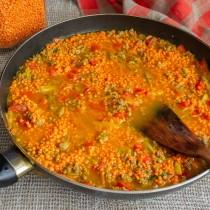 Наливаем горячую воду или бульон, доводим до кипения, снова закрываем блюдо крышкой