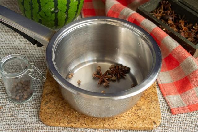 В сотейник наливаем воду, кладём бадьян и душистый перец