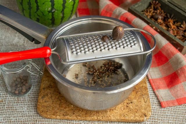 Натираем мускатный орех