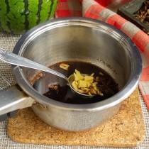 Доводим маринад до кипения, снимаем с огня, добавляем мёд и морскую соль. Добавляем имбирь
