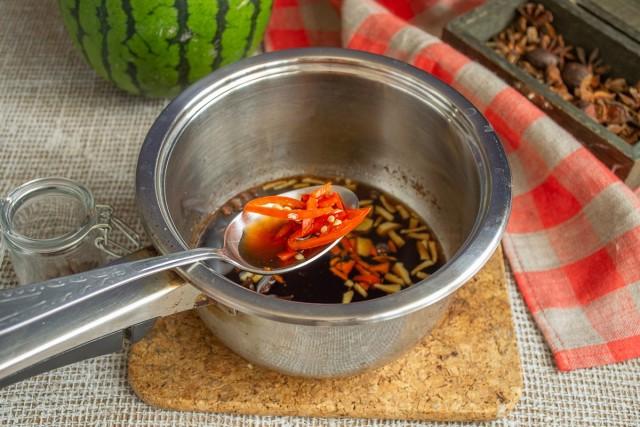 Добавляем нарезанный чили в горячий маринад, оставляем настаиваться