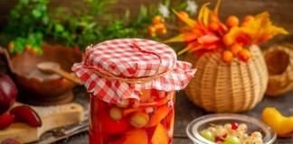 Персиковый компот на зиму с красными сливами и садовыми ягодами