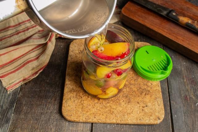 Вливаем кипящий сироп в банку, закрываем крышкой, оставляем на 10 минут. Сливаем сироп в кастрюлю, доводим до кипения, кипятим 3 минуты и выливаем на фрукты