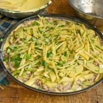 Смешиваем нарезанную картошку с зеленью, солим, выкладываем на рыбу