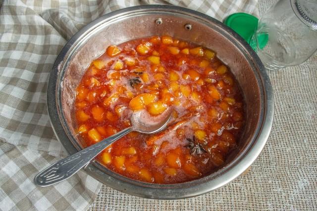 Варим пряное варенье из персиков. Добавляем сахарный песок с пектином